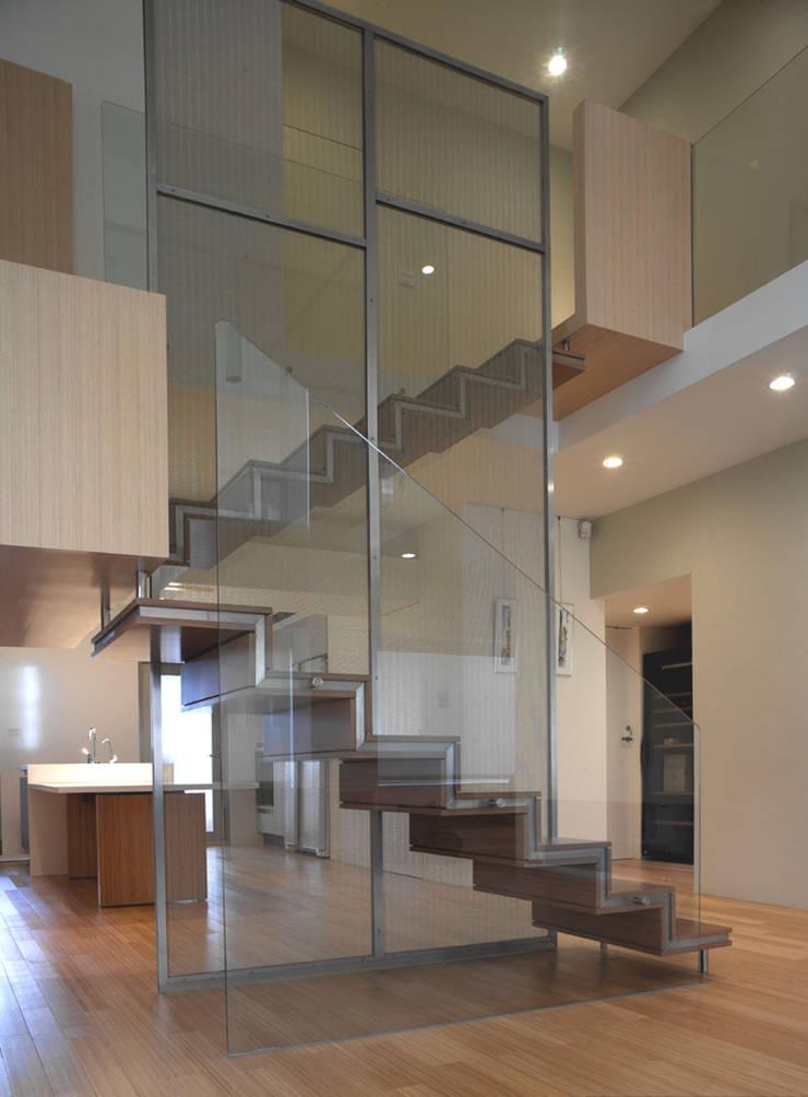 何宅樓梯 Ho Residence Stair:  客廳 by  何侯設計   Ho + Hou Studio Architects