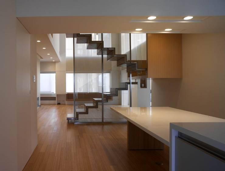 何宅樓梯 Ho Residence Stair:  餐廳 by  何侯設計   Ho + Hou Studio Architects