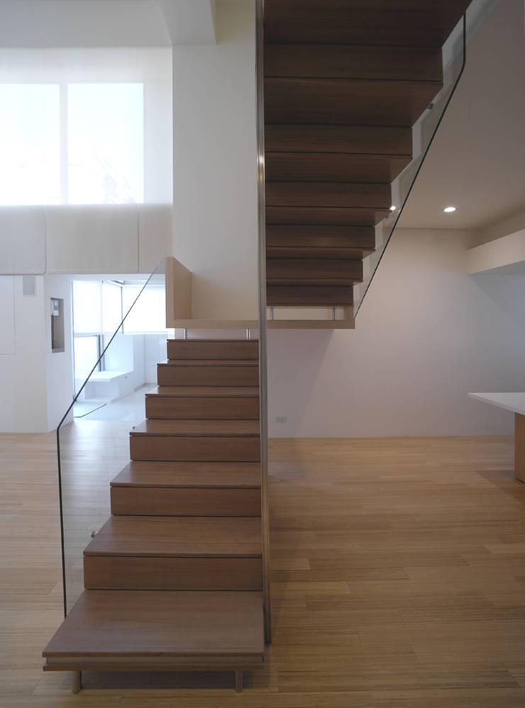 何宅樓梯 Ho Residence Stair:  樓梯 by  何侯設計   Ho + Hou Studio Architects