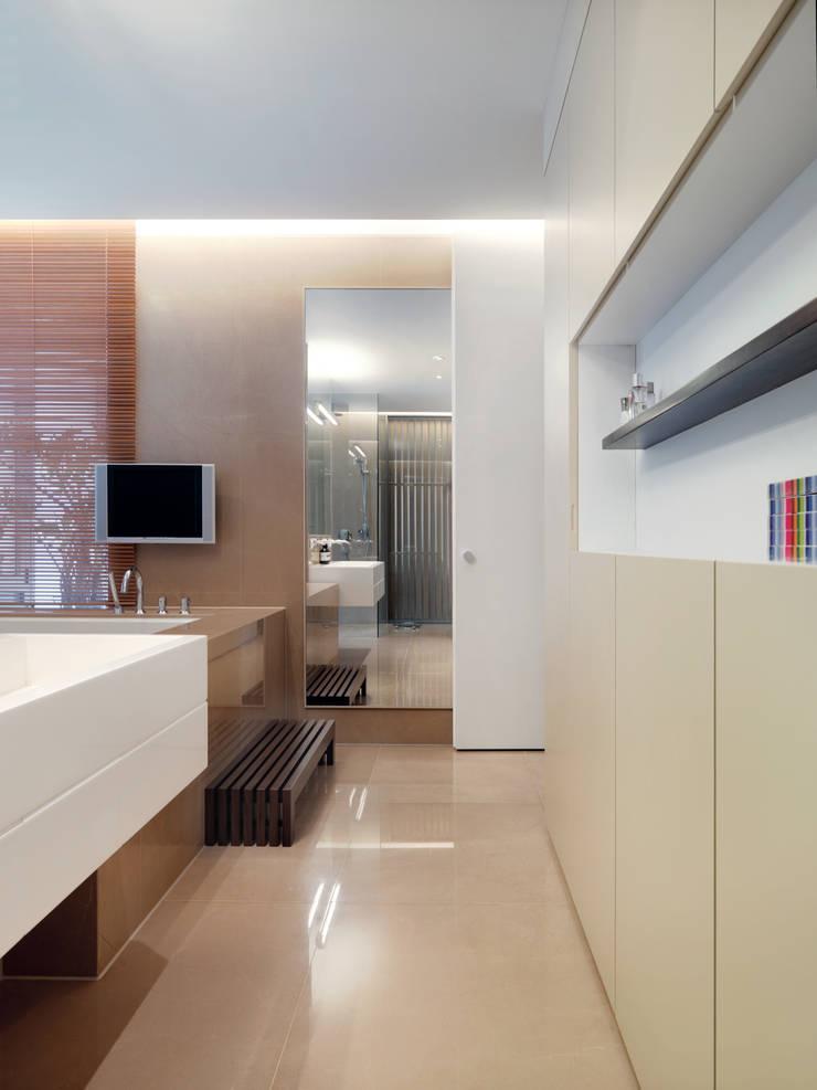 Modern bathroom by 何侯設計 Ho + Hou Studio Architects Modern