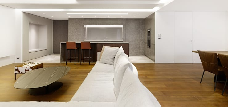 梁宅 Liang Residence:  客廳 by  何侯設計   Ho + Hou Studio Architects