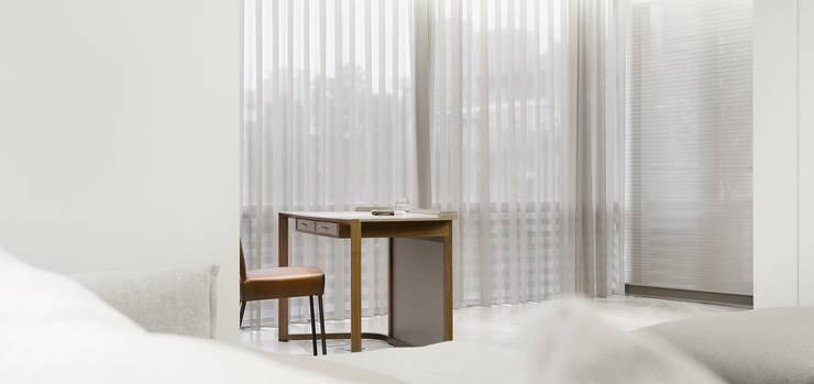 梁宅 Liang Residence:  書房/辦公室 by  何侯設計   Ho + Hou Studio Architects