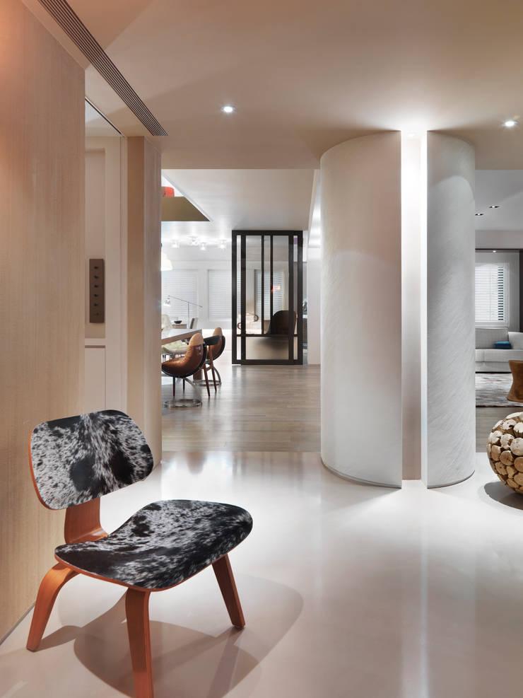 樓中樓住宅 Duplex Residence:  走廊 & 玄關 by  何侯設計   Ho + Hou Studio Architects