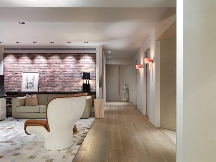 樓中樓住宅 Duplex Residence:  客廳 by  何侯設計   Ho + Hou Studio Architects
