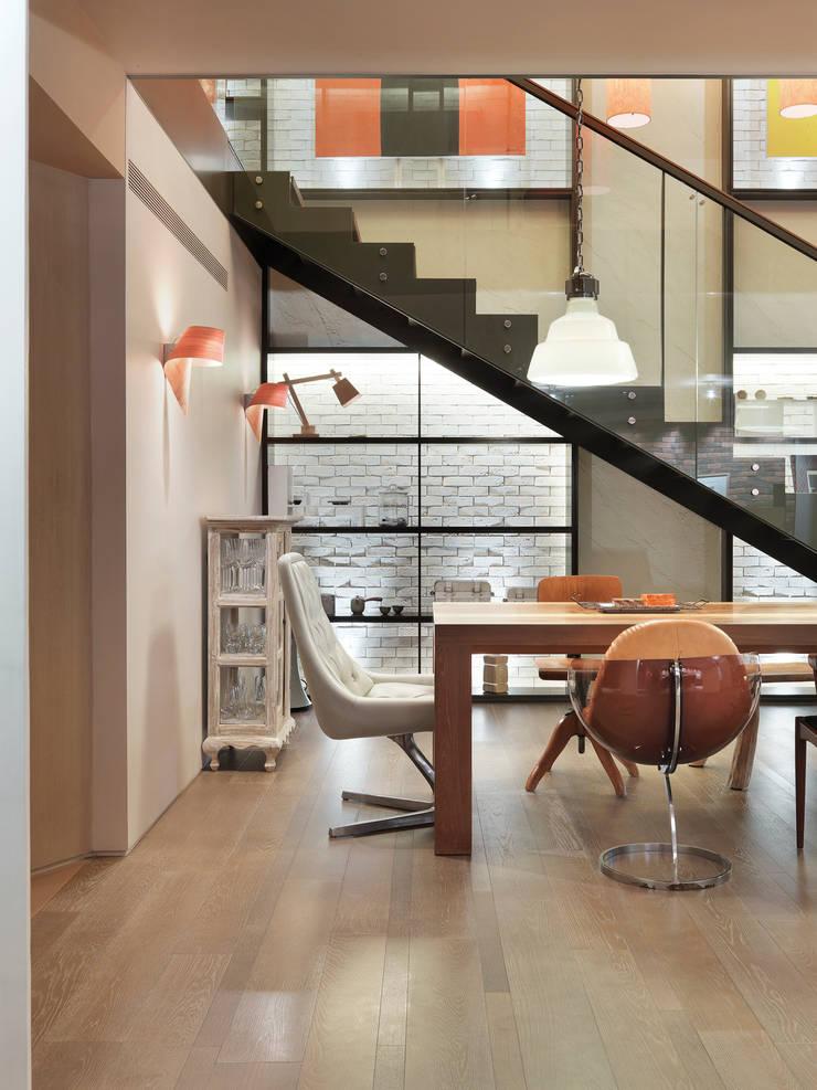 樓中樓住宅 Duplex Residence:  餐廳 by  何侯設計   Ho + Hou Studio Architects