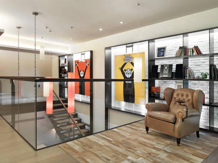 樓中樓住宅 Duplex Residence:  書房/辦公室 by  何侯設計   Ho + Hou Studio Architects
