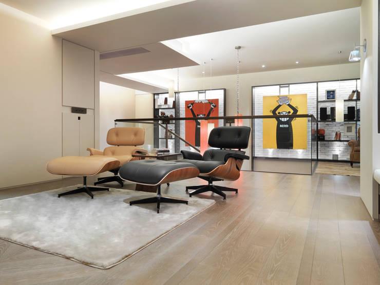 樓中樓住宅 Duplex Residence:  視聽室 by  何侯設計   Ho + Hou Studio Architects