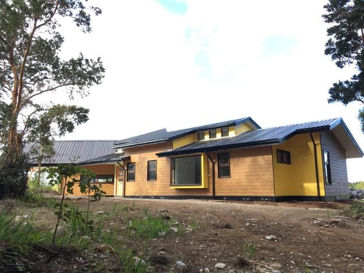 Vista Sur Poniente: Casas de madera de estilo  por Nomade Arquitectura y Construcción spa