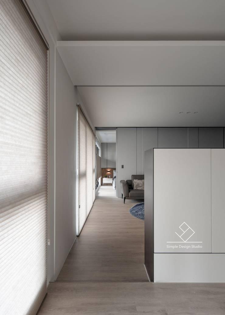 串連公領域及私領域:  走廊 & 玄關 by 極簡室內設計 Simple Design Studio