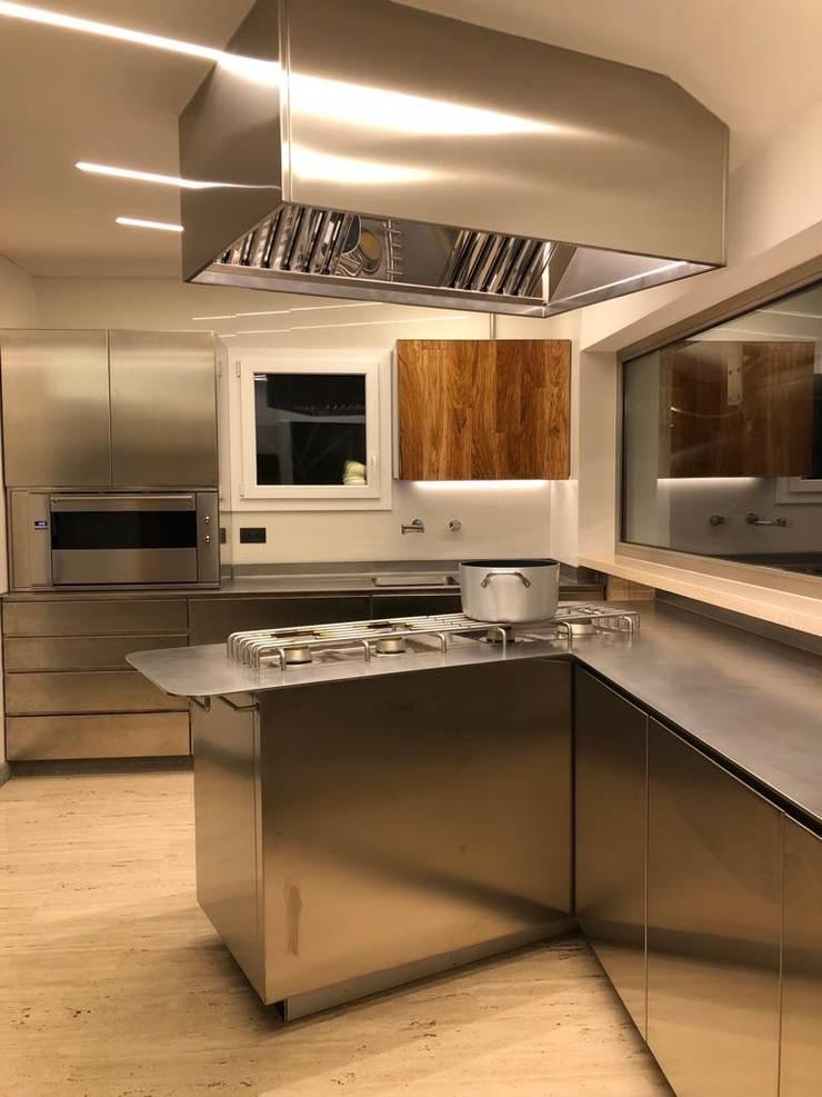 Cucine moderne acciaio e legno di Falegnameria su misura | homify