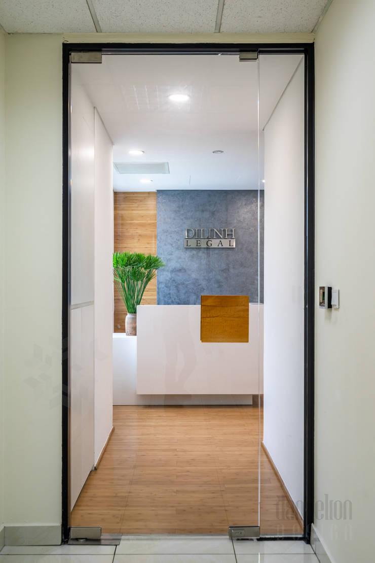 Thiết kế thi công nội thất văn phòng (V8):  Văn phòng & cửa hàng by Dandelion Design Construction