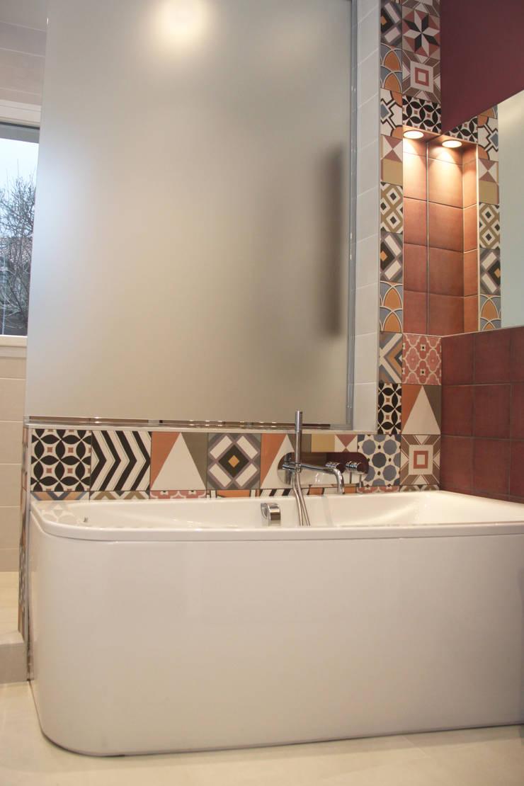 Rénovation d'une salle de bain colorée: Salle de bains de style  par Koya Architecture Intérieure, Moderne Verre