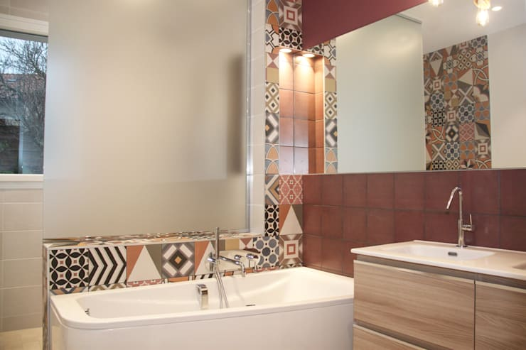 Rénovation d'une salle de bain colorée: Salle de bains de style  par Koya Architecture Intérieure, Moderne Bois Effet bois