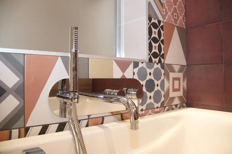 Rénovation d'une salle de bain colorée: Salle de bains de style  par Koya Architecture Intérieure, Moderne Grès