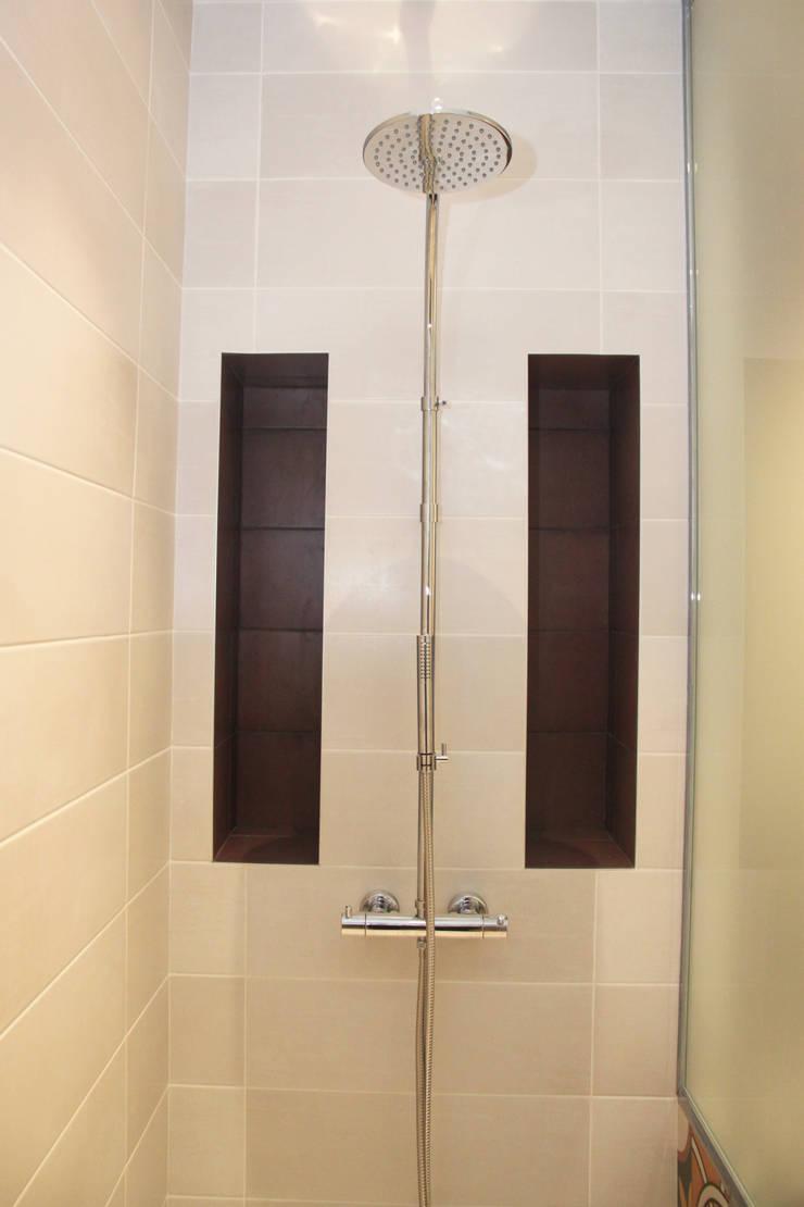 Rénovation d'une salle de bain colorée: Salle de bains de style  par Koya Architecture Intérieure, Moderne Métal