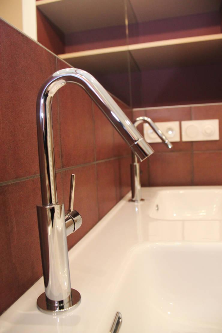 Rénovation d'une salle de bain colorée: Salle de bains de style  par Koya Architecture Intérieure, Moderne Céramique