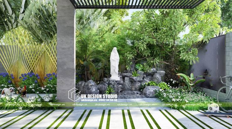 Thiết kế sân vườn biệt thự:  Sân trước by UK DESIGN STUDIO - KIẾN TRÚC UK