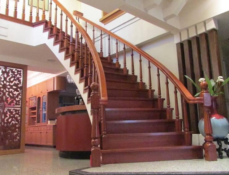 Лестницы в . Автор – 麥斯迪設計, Классический Твердая древесина Многоцветный