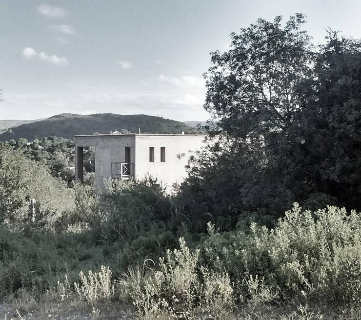 Vivienda en las Sierras de Córdoba: Casas unifamiliares de estilo  por Vozza Arquitectura,