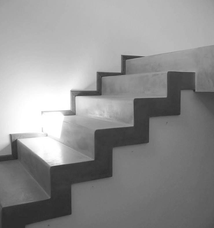 Remodelación - VI CH: Escaleras de estilo  por Vozza Arquitectura,