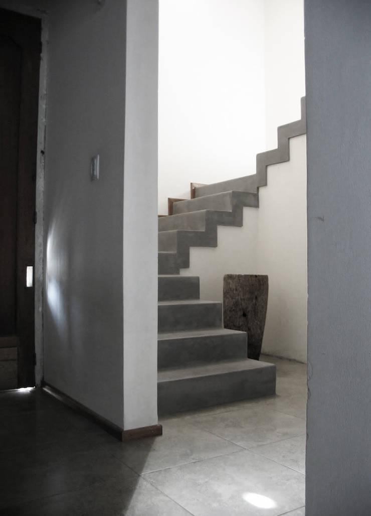 Remodelación – VI CH: Escaleras de estilo  por Vozza Arquitectura,