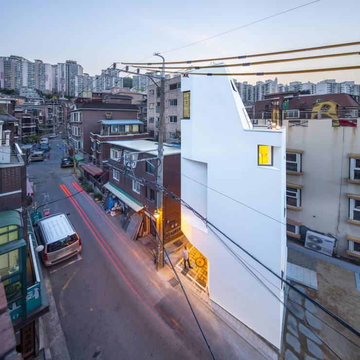 천연동 협소주택 [틈]: (주)건축사사무소 더함 / ThEPLus Architects의  주택