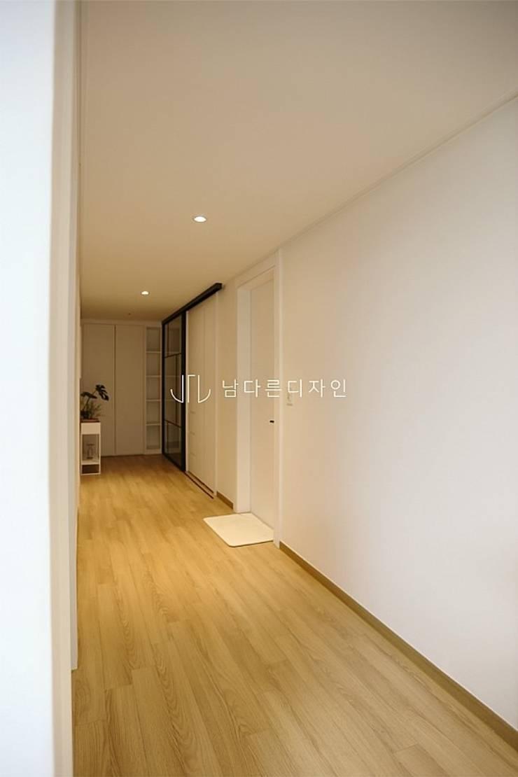 Modern corridor, hallway & stairs by 남다른디자인 Modern