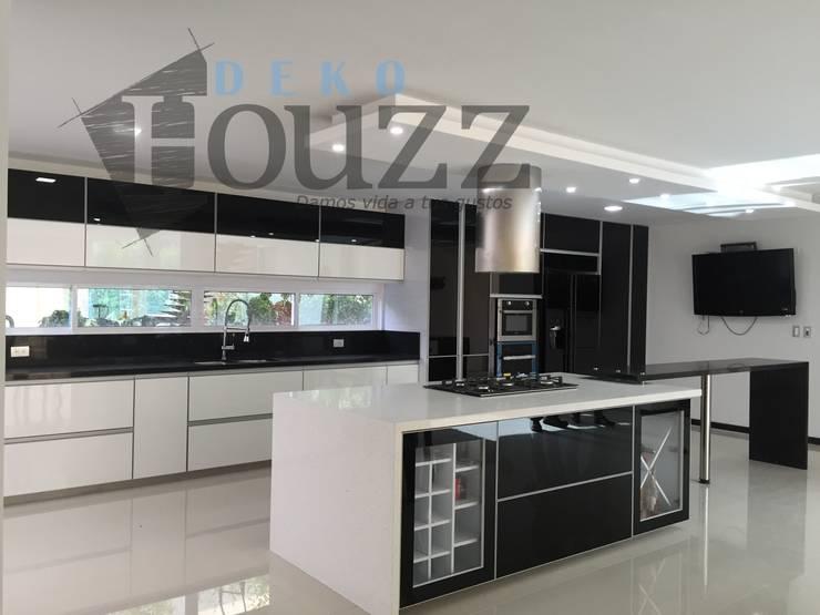 Cocina en casa campestre: Cocinas integrales de estilo  por Deko Houzz