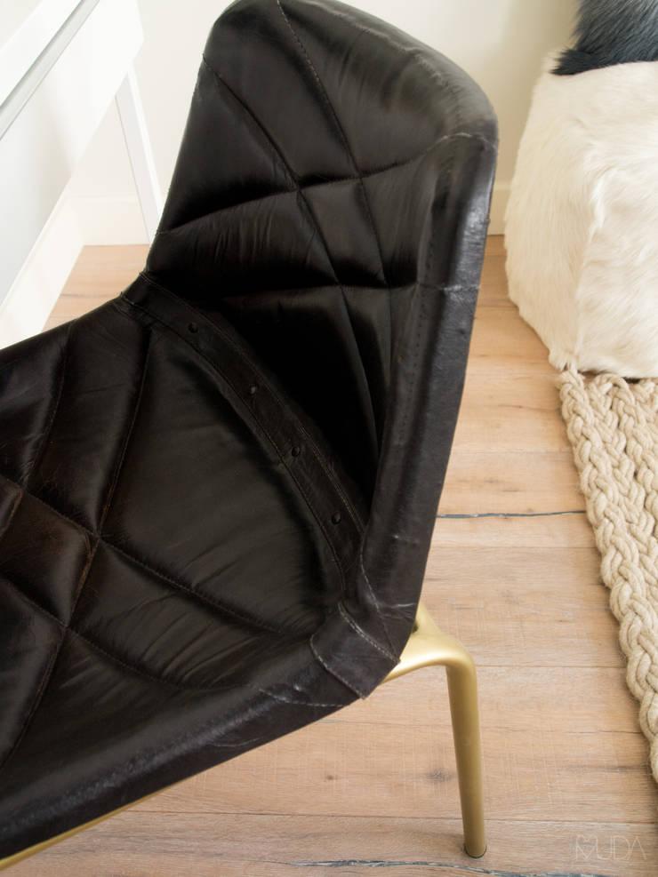 Living room by MUDA Home Design,