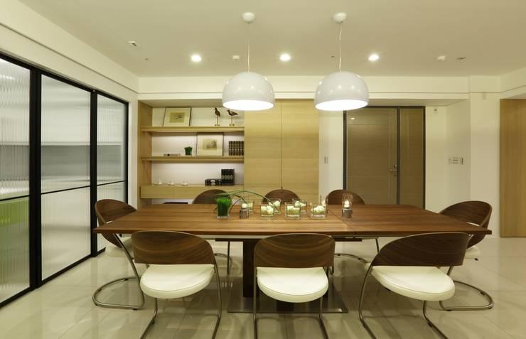 Salle à manger de style  par 雅群空間設計,