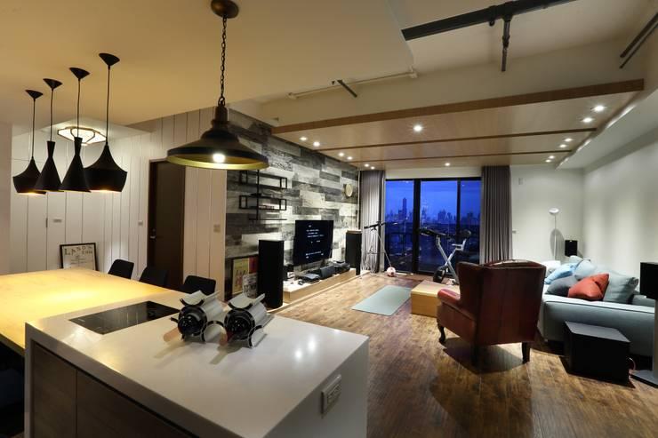 鳳凰會:  客廳 by 雅群空間設計