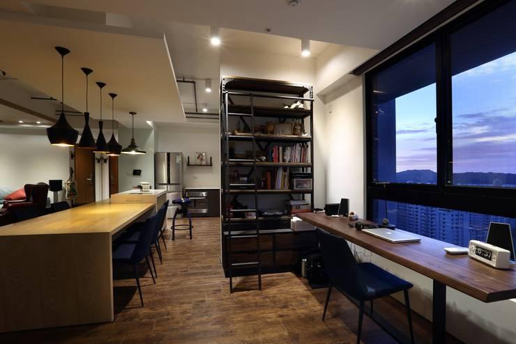 鳳凰會:  書房/辦公室 by 雅群空間設計