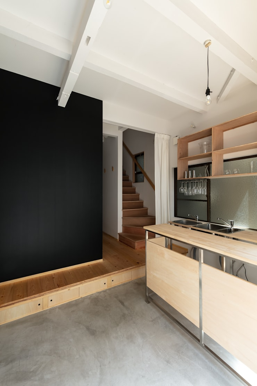 Minimalist corridor, hallway & stairs by coil松村一輝建設計事務所 Minimalist