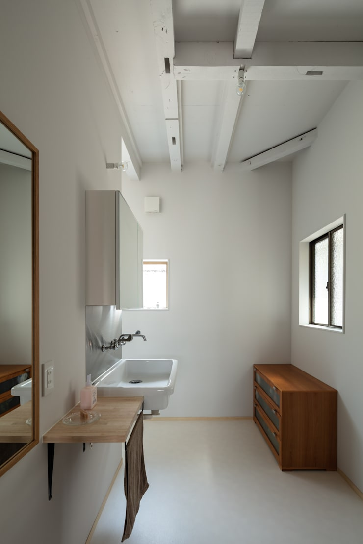 Minimalist style bathroom by coil松村一輝建設計事務所 Minimalist