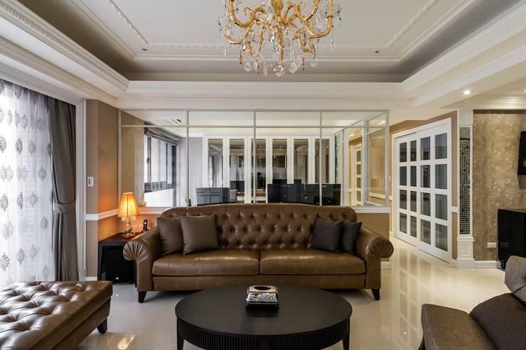 客廳沙發玻璃隔間:  客廳 by 鼎士達室內裝修企劃