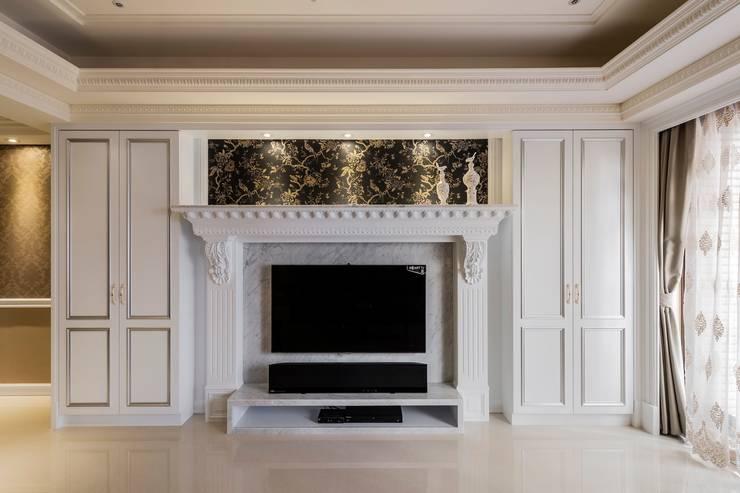 壁爐式電視牆:  客廳 by 鼎士達室內裝修企劃
