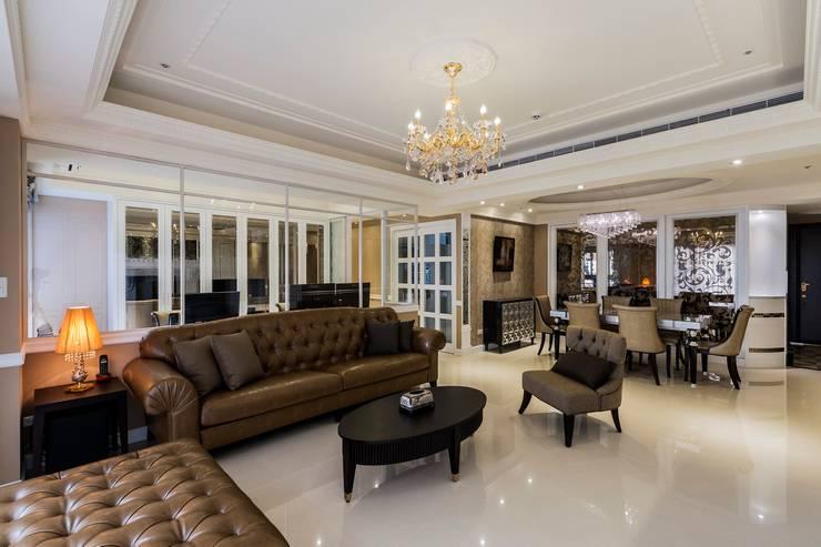 客廳/金黃水晶燈:  客廳 by 鼎士達室內裝修企劃