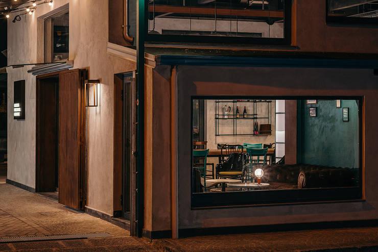 Vetrina lounge: Bar & Club in stile  di manuarino architettura design comunicazione