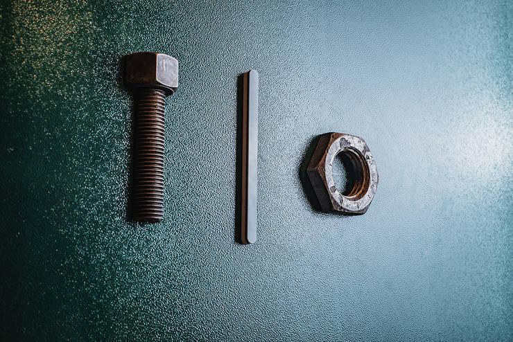 Dettaglio porta bagno: Bar & Club in stile  di manuarino architettura design comunicazione
