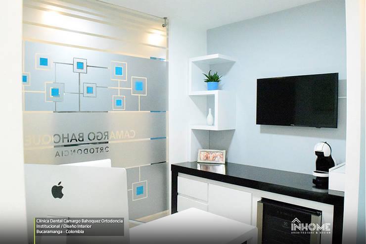 CLÍNICA DENTAL CAMARGO BAHOQUEZ ORTODONCIA: Clínicas de estilo  por INHOME Architecture & Design