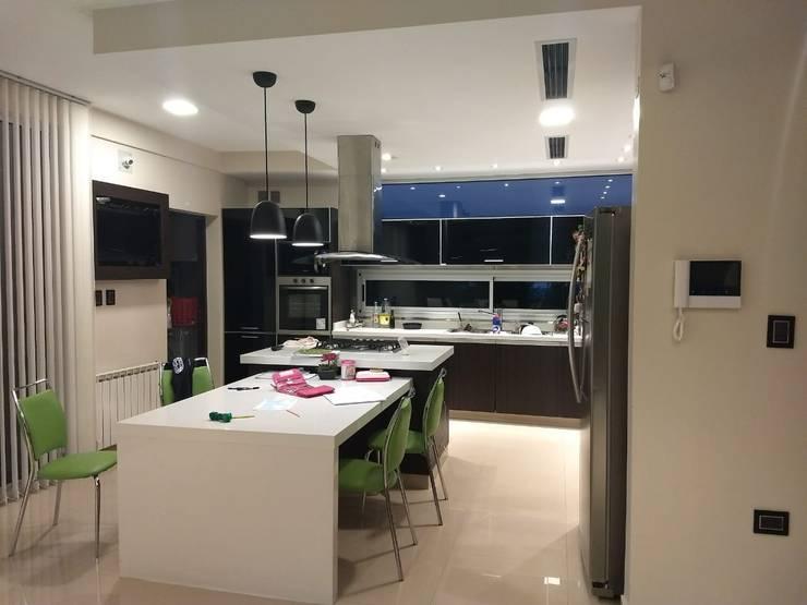 Vivienda en Urbanizacion Privada  – Yerba Buena Tucuman: Muebles de cocinas de estilo  por Alejandro Acevedo - Arquitectura
