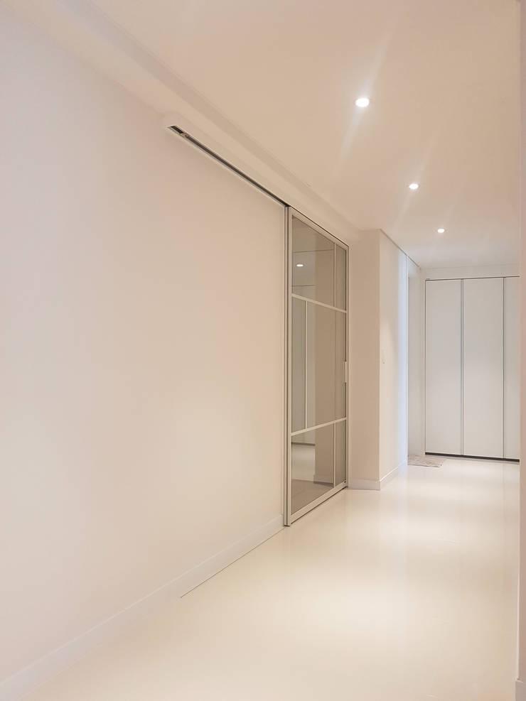 Couloir et hall d'entrée de style  par WITHJIS(위드지스)