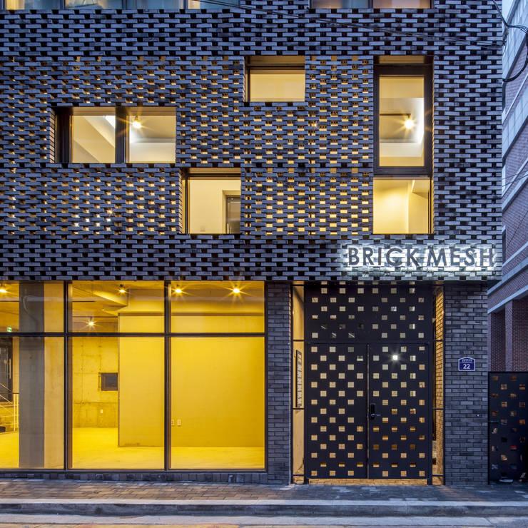 경운동 근린생활시설 - 전망(Brick Mesh): (주)건축사사무소 더함 / ThEPLus Architects의  주택