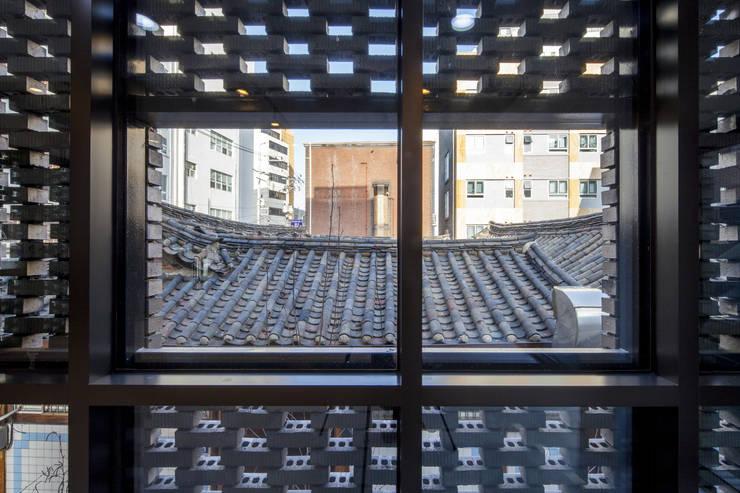경운동 근린생활시설 – 전망(Brick Mesh): (주)건축사사무소 더함 / ThEPLus Architects의  서재 & 사무실