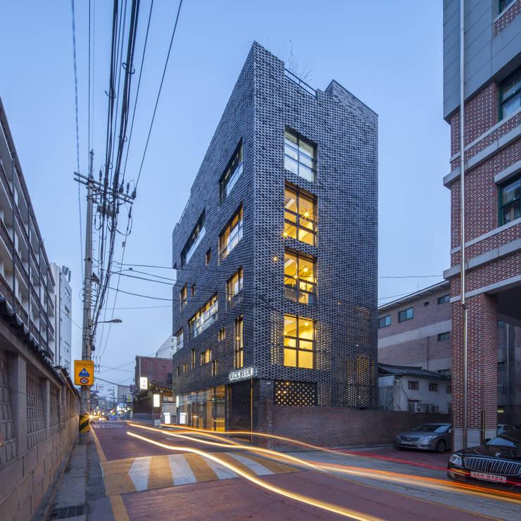 경운동 근린생활시설 – 전망(Brick Mesh): (주)건축사사무소 더함 / ThEPLus Architects의  주택