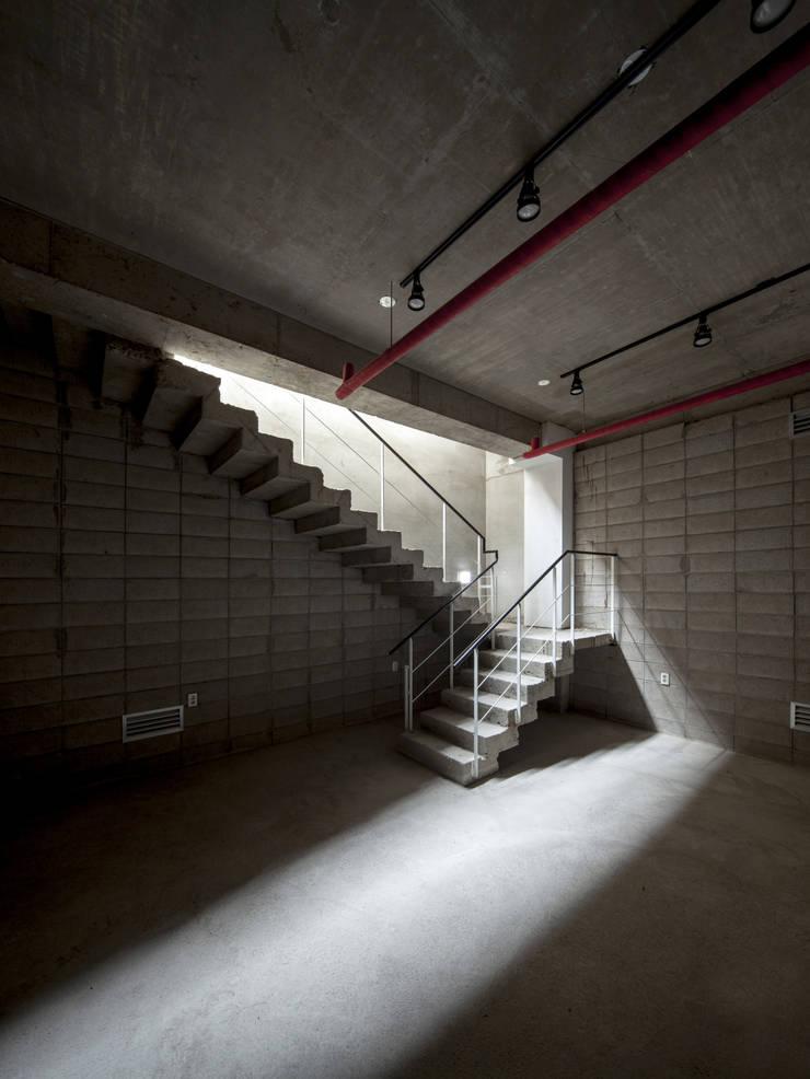 경운동 근린생활시설 – 전망(Brick Mesh): (주)건축사사무소 더함 / ThEPLus Architects의  바닥