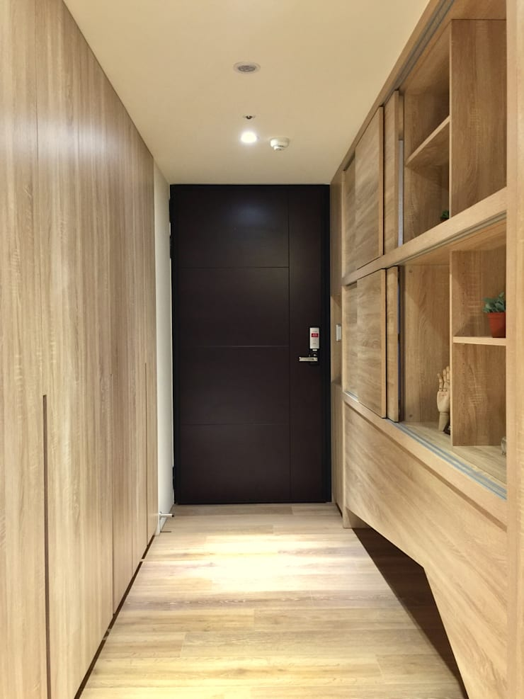 Pasillos y vestíbulos de estilo  de 圓方空間設計, Moderno Contrachapado