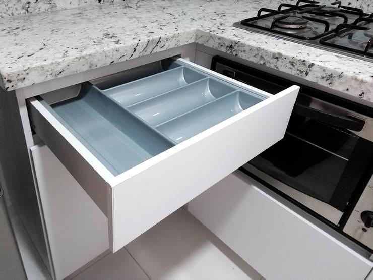 Cocina integral en granito Andino White: Cocinas integrales de estilo  por Remodelar Proyectos Integrales