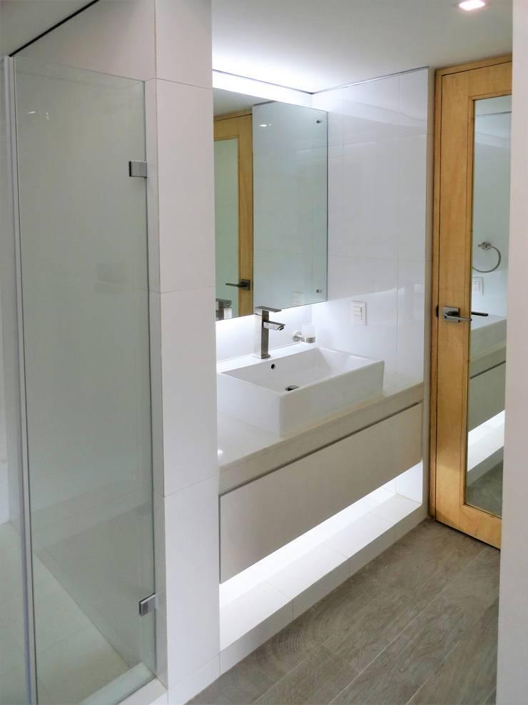 El Cigarral: Baños de estilo  por RRA Arquitectura
