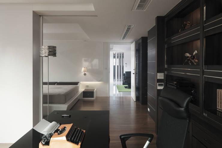 K HOUSE:  臥室 by 形構設計 Morpho-Design